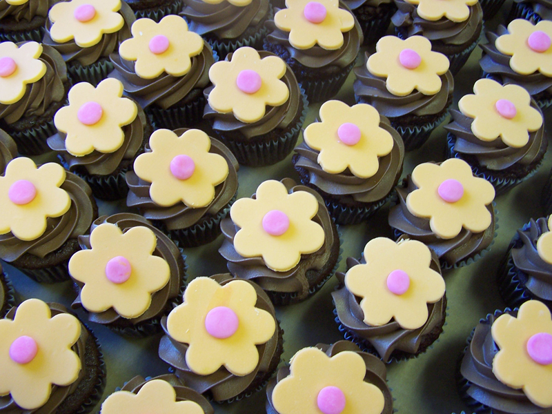 Yellowed-flowered cupcakes